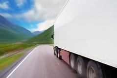 halv lastbilwhite för rörelse arkivbilder