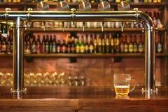 Halv liter av öl på en stång i en bar för traditionell stil arkivbild