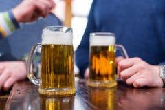 Halv liter för öl på trätabellen Arkivfoto