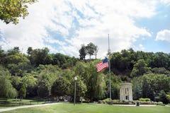 Halv mast för amerikanska flaggan Royaltyfri Foto