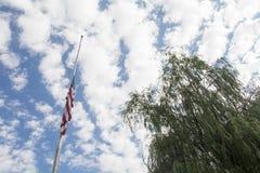 Halv mast för amerikanska flaggan med videt Royaltyfri Fotografi