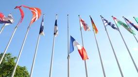 Halv mast för franskaflagga som vinkar i hedersgåva till attack för UK Manchester arkivfilmer