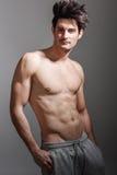 Halv naken sexig kropp av den muskulösa idrotts- mannen Arkivfoto