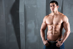 Halv naken sexig kropp av den muskulösa idrotts- mannen Royaltyfri Foto
