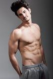 Halv naken sexig kropp av den muskulösa idrotts- mannen Royaltyfri Fotografi