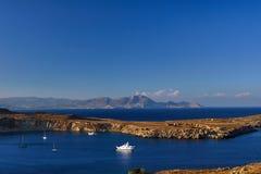 Halvö och bergen på den grekiska ön Royaltyfria Bilder