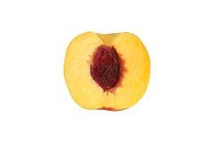 Halv persika med den isolerade stenen Royaltyfri Bild