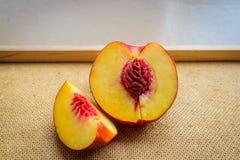 Halv plommonfrukt på kök Arkivbilder