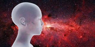 Halv-profil av ett härligt ungt främmande framme av Vintergatangalaxen royaltyfria bilder