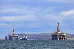 Halv sänkbar oljeplattform på den Cromarty firthen Royaltyfria Bilder
