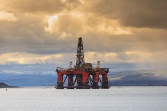 Halv sänkbar oljeplattform på den Cromarty firthen i Invergordon Arkivfoto