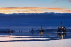 Halv sänkbar oljeplattform under soluppgång på den Cromarty firthen Arkivbilder