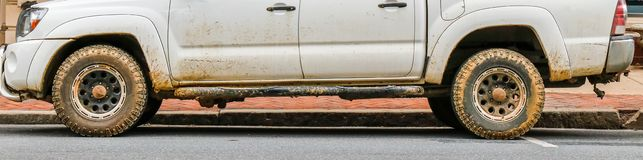 Halv sikt av den smutsiga pickupet arkivfoto