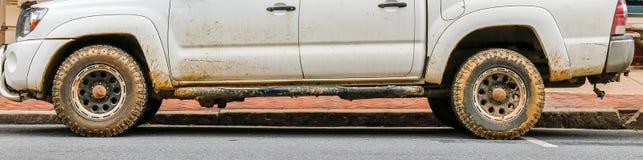 Halv sikt av den smutsiga pickupet arkivfoton