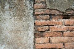 Halv skadevägg av gammal betong- och tegelstenbakgrund Royaltyfria Bilder