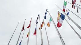 Halv stång för UE- och franskaflaggaflugor på EU-parlamentet lager videofilmer