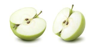 2 halva alternativ för grönt äpple som isoleras på vit bakgrund arkivbild