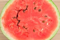 Halva av den nya vattenmelon på den vita trätabellen Ljust rött bär, en härlig bakgrund för ditt skrivbord Royaltyfria Bilder