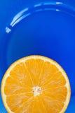 Halva av den saftiga nya apelsinen Arkivfoton