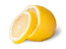Halva av en citron med en skiva Royaltyfri Bild