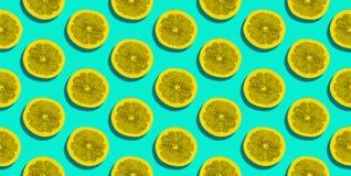 Halva av grapefrukten som isoleras på blå bakgrund Royaltyfri Fotografi