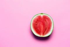 Halva av söta Mini Watermelon på rosa färgkopieringsutrymme Arkivbild