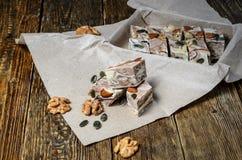Halva avec des amandes, faites de graines de sésame et miel écrasés Photo stock