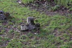 Halva begravt kors i Mississippi royaltyfri bild