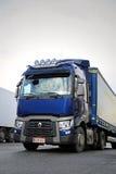 Halva blåa Renault Trucks T, vertikal detalj Arkivbild