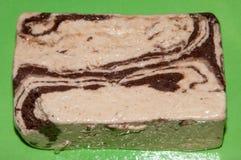 Halva con cioccolato sul piatto verde fotografia stock