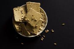Halva del girasole con i semi sul piatto Immagini Stock Libere da Diritti