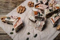 Halva des graines de tournesol sur un plan rapproché en bois de table, f sélectif Images stock