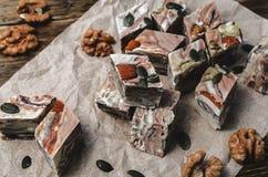 Halva des graines de tournesol sur une table en bois Photo stock