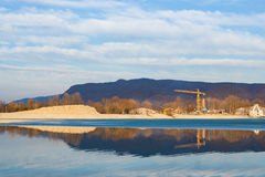 Halva fryst sjö- och konstruktionsplats Arkivbild