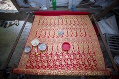Halva gjorda Benarashi Sari Red och guld Arkivfoton