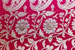 Halva gjorda Benarashi Sari Red och guld Arkivbilder