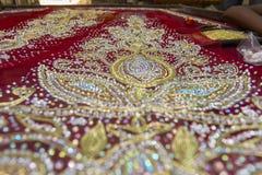 Halva gjorda Benarashi Sari Red och guld Fotografering för Bildbyråer
