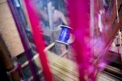 Halva gjorda Benarashi Sari Red och guld Arkivbild