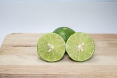 Halva gröna citroner arkivfoton