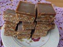 Halva-Hafer rosafarbener Kakao und Nüsse Stockfoto