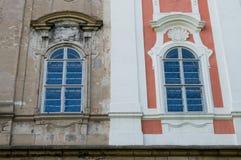 Halva-korrigerad historisk byggnad royaltyfria foton