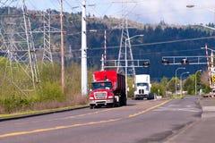 Halva lastbilar på vägen i industriell zon Arkivbild
