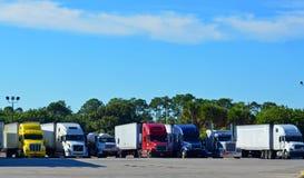 Halva lastbilar/stora riggar Royaltyfri Bild