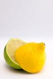 Halva limefrukt och citron Royaltyfri Bild