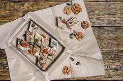 Halva mit den Mandeln, gemacht von zerquetschten Samen und Honig des indischen Sesams Stockbild