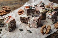Halva mit den Mandeln, gemacht von zerquetschten Samen und Honig des indischen Sesams Lizenzfreie Stockbilder