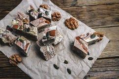 Halva mit den Mandeln, gemacht von zerquetschten Samen und Honig des indischen Sesams Stockfoto