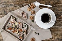 Halva mit Streifen und mit Kaffee auf dem Tisch Lizenzfreies Stockbild