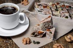 Halva mit Streifen und mit Kaffee auf dem Tisch Lizenzfreie Stockfotografie