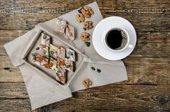 Halva-Nachtisch und schwarzer Kaffee Stockfotografie